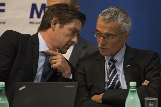 L'avocat Jean-Yves Lourgouilloux (à gauche) en compagnie du... (PHOTO AP)