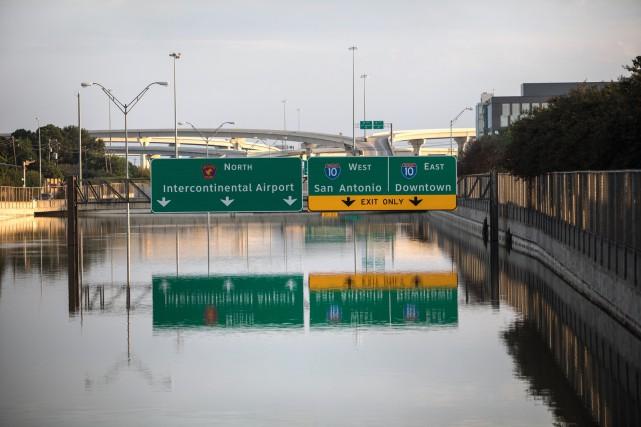ÉDITORIAL / Houston au Texas émerge peu à peu des flots après le passage de... (Archives, The New York Times)