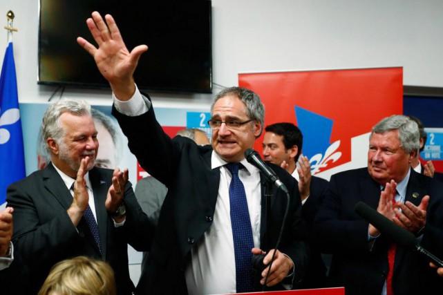 Éric Tétrault,candidat libéral dans Louis-Hébert, aux côtés du... (PHOTO MATHIEU BÉLANGER, COLLABORATION SPÉCIALE)