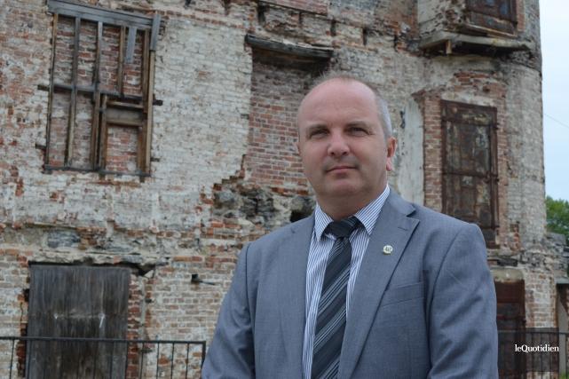 Le maire de Roberval, Guy Larouche, devant le... (Archives Le Quotidien, Louis Potvin)