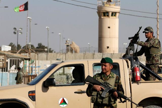 Des soldats afghans postés devantla base aérienne américaine... (ARCHIVES REUTERS)