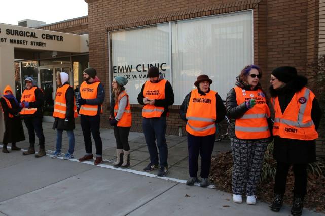 Des bénévoles forment une chaîne humaine devant leEMW... (ARCHIVES REUTERS)