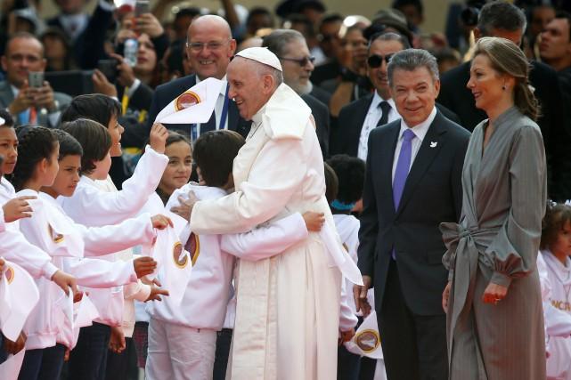 Le pape François a été accueilli à l'aéroport... (PHOTO REUTERS)
