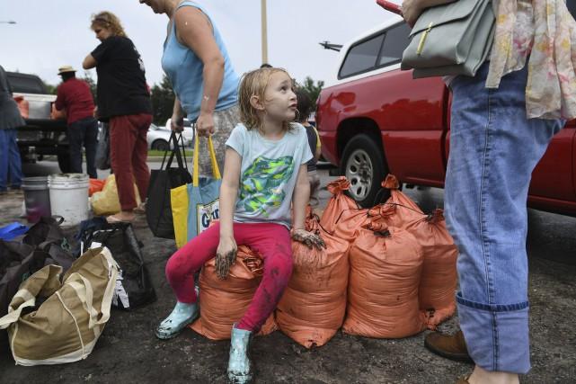 Une famille a rempli des sacs de sable... (PHOTO AP)