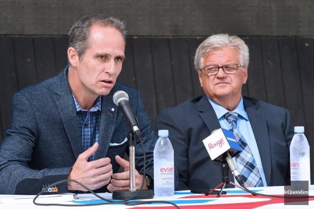 Dominic Gagnon était en compagnie du candidat Laval... (Photo Le Quotidien, Rocket Lavoie)