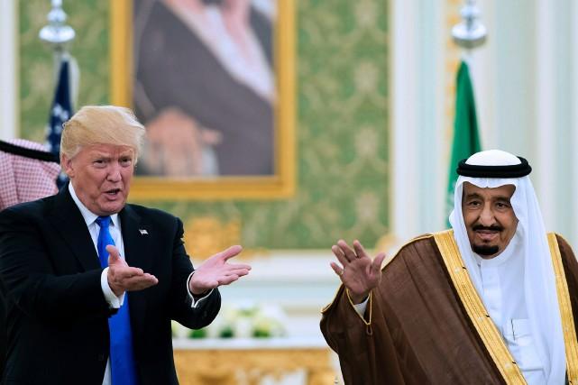 Donald Trump a rendu visite auroi Salmane d'Arabie... (PHOTO ARCHIVES AFP/PALAIS ROYAL SAOUDIEN)
