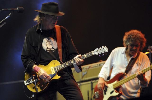 Neil Young (à gauche) en juillet 2013... (AFP, Fred Tanneau)