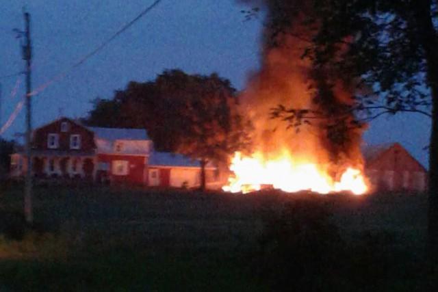 Un incendie s'est déclaré en début de soirée mercredi, dans une grange située... (Courtoisie)