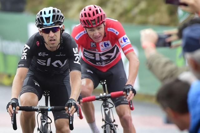 Mikel Nieve de la SKY devance Christopher Froome... (Agence France-Presse)