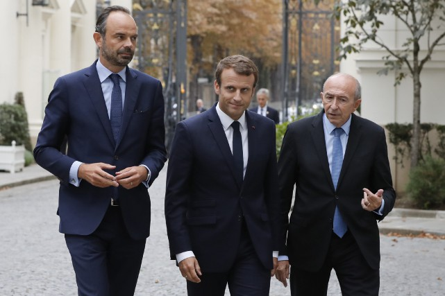 Le président français Emmanuel Macron (centre),le ministre français... (AP)