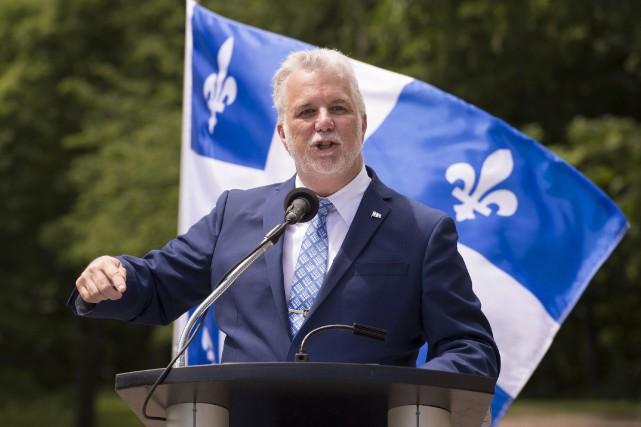 Le premier ministre Philippe Couillard est à l'usine... (Photo Archives La Presse canadienne, Jacques Boissinot)