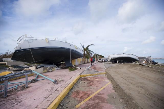 Deux bateaux ont été poussés sur la plage... (AFP,  Lionel CHAMOISEAU)