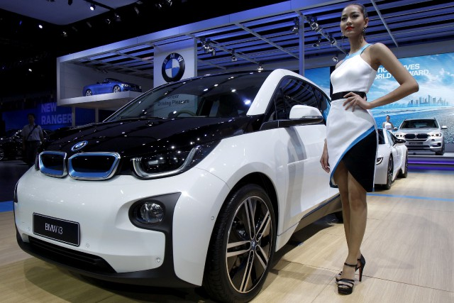 Une hôtesse pose devant une BMW i3 durant... (Photo : REUTERS)