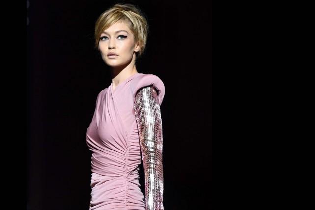 Le mannequin star Gigi Hadid arborait une robe... (PHOTO AFP)