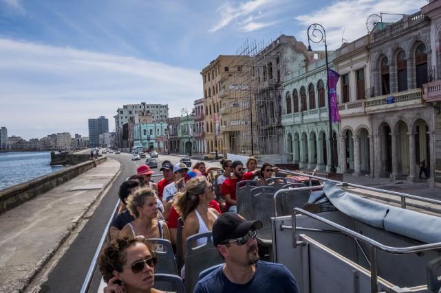 Un car de touristes à La Havane.... (ARCHIVES AP)