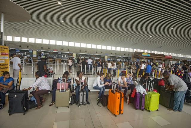 Des voyageurs attendent un vol à l'aéroport international... (PHOTO Helene Valenzuela, AFP)