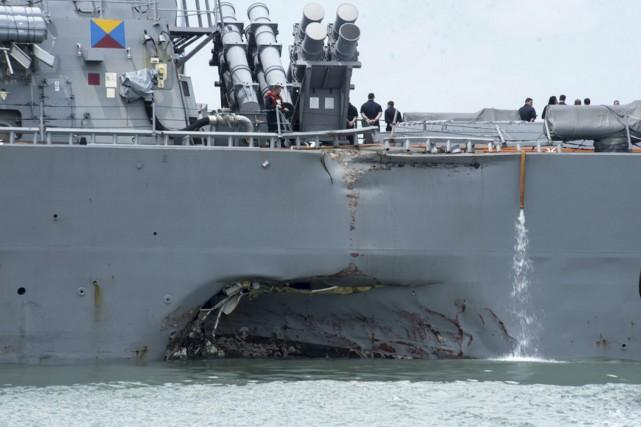 Le destroyerUSS John S. McCainest entré en collision... (PHOTO AP)