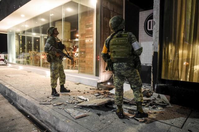 L'armée mexicaine constate les dommages dans le Port... (Victoria Razo, AFP)