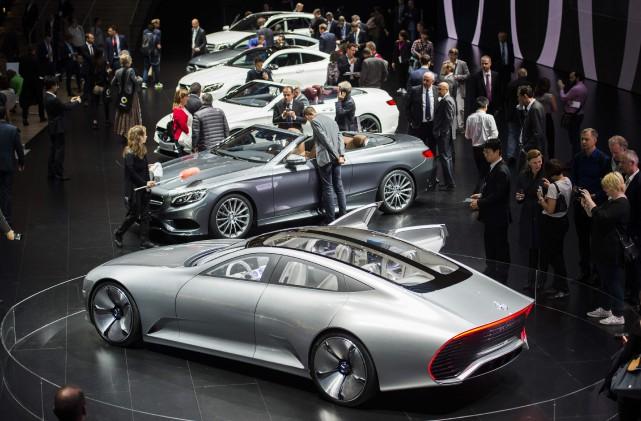 Des visiteurs au stand Mercedes Benz, en 2015,... (Photo : AFP)