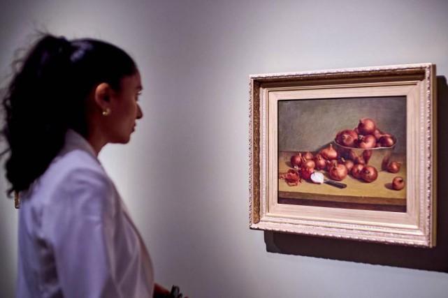 Une visiteuse observe l'oeuvre Nature morte, oignons (1892),... (Photo Romain Guilbault, fournie par le Musée d'art de Joliette)