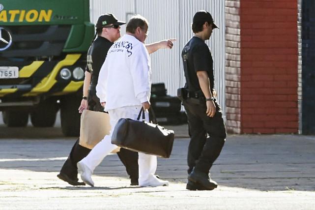 Geddel Vieira Lima (au centre) a été amené... (AFP, Sergio Lima)