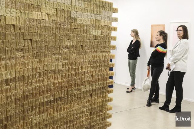Un mur de lettres fabriquées à base de... (Patrick Woodbury, Le Droit)