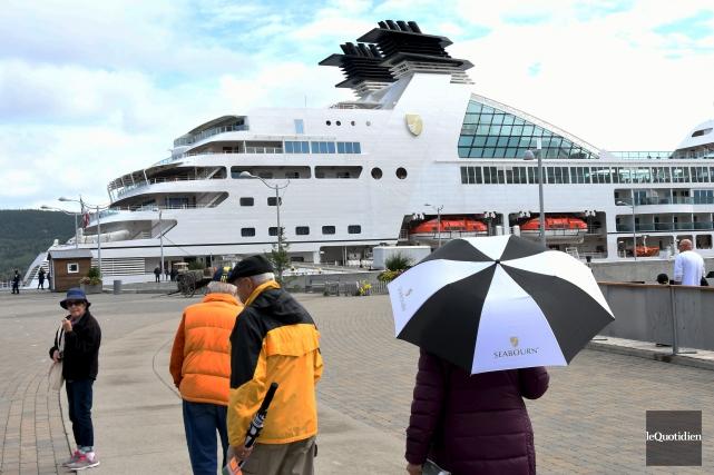 Plusieurs personnes sont toujours attirées par les navires... (Photo Le Quotidien, Rocket Lavoie)