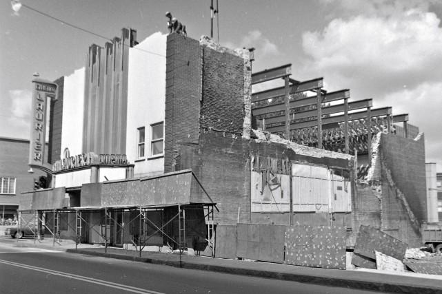 Le théâtre Laurier lors de sa démolition.... (Archives Ville de Québec #N015412)