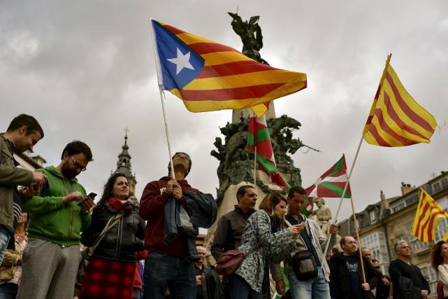 Plusieurs indépendantistes catalans ont paradé samedi pour exiger... (AP, Alvaro Barrientos)