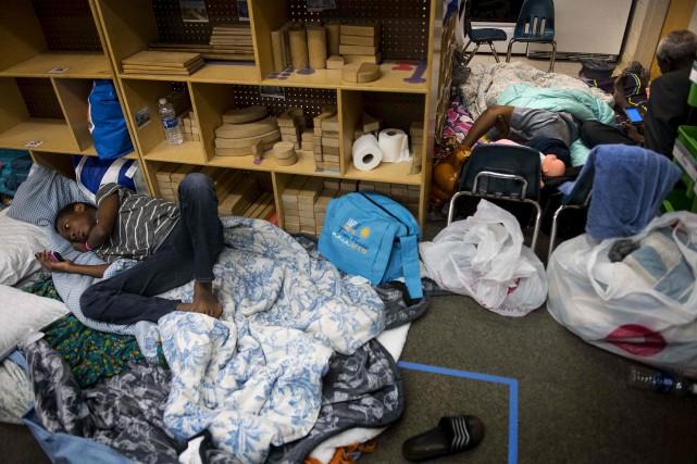 Un jeune homme est étendu par terre à... (AFP, JIM WATSON)