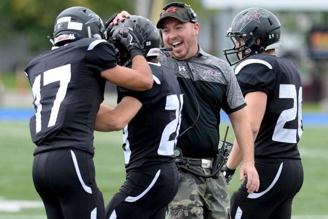 Vêtu de ses pantalons de camouflage, l'entraîneur-chef du... (Le Soleil, Erick Labbé)