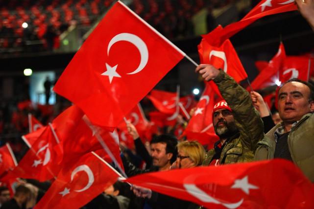 Des partisans pro-Erdogan agitent des drapeaux turcs lors... (ARCHIVES AFP)