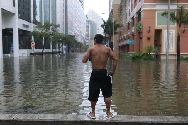La dépression devrait rester un ouragan jusqu'à lundi... (PHOTO REUTERS)