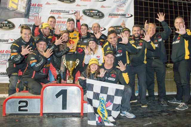 Accompagné des membres de son équipe sur le... (Matthew Murnagham, NASCAR)