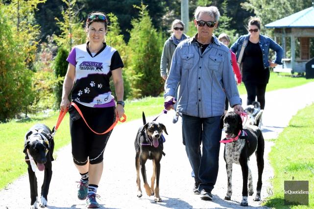 Plusieurs personnes ont marché avec leur chien lors... (Le Quotidien, Rocket Lavoie)