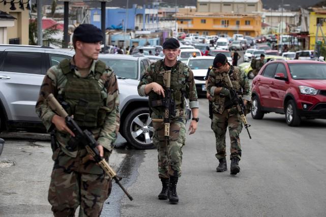 Des soldats néerlandais patrouillent les rues de la... (REUTERS)