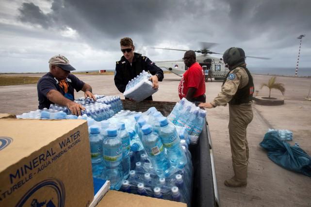 Des soldats déchargent des bouteilles d'eau d'un hélicoptère... (REUTERS)