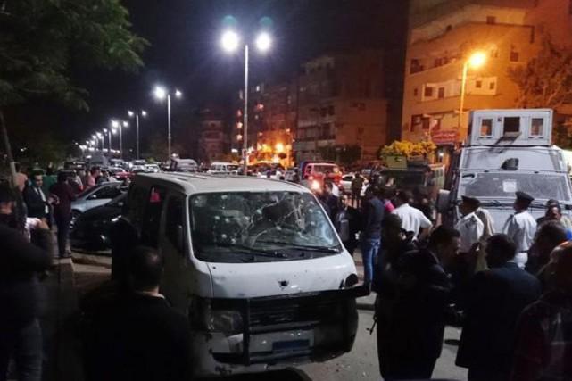 Cinq véhicules de la police, dont quatre blindés,... (Photo Twitter)