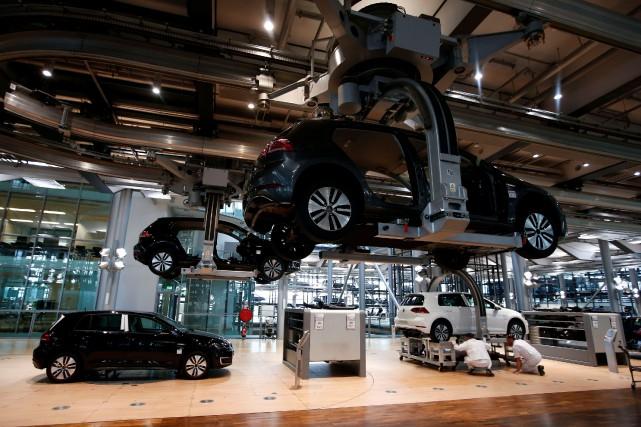 Des e-Golf en voie d'être assemblées à l'usine... (Photo : REUTERS)