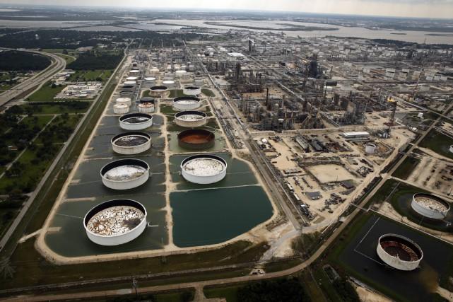Les raffineries touchées fin août par l'ouragan Harvey... (PHOTO AP)
