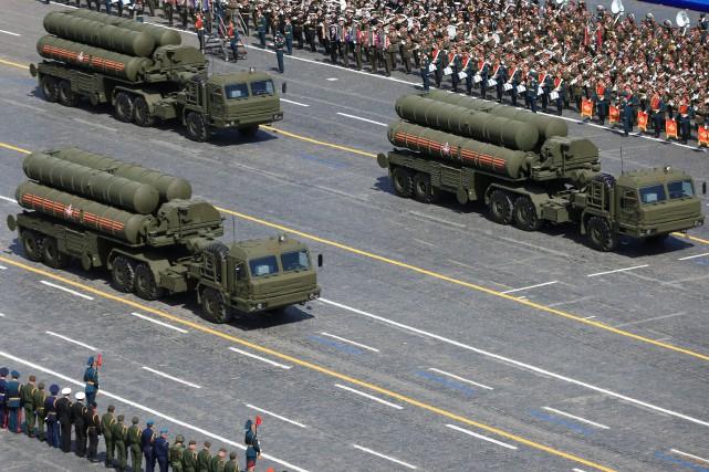Dessystèmes russes de défense antiaérienne S-400lors d'une parade... (REUTERS)