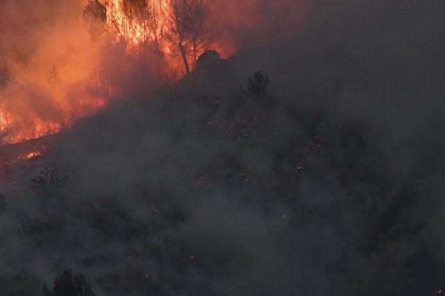Un incendie de forêt qui menace le parc national des Lacs-Waterton, dans le... (Photo Boris Horvat, archives AFP)