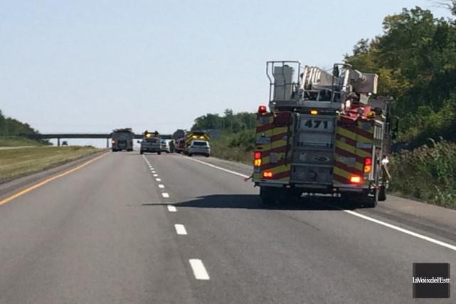 L'autoroute 10 a été fermée en direction est... (Photo La Voix de l'Est)