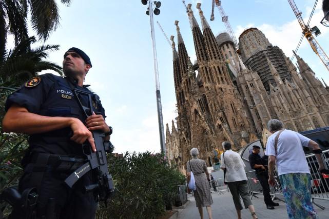 Un policier monte la garde devant la Sagrada... (Archives AFP)