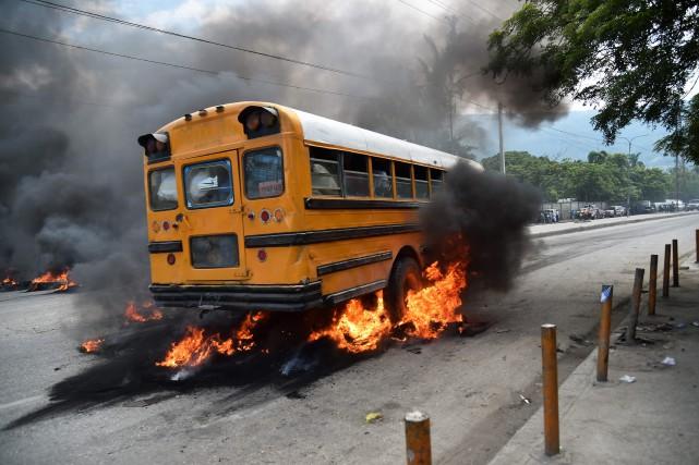 La colère des manifestants réunis en petits groupes... (PHOTO AFP)
