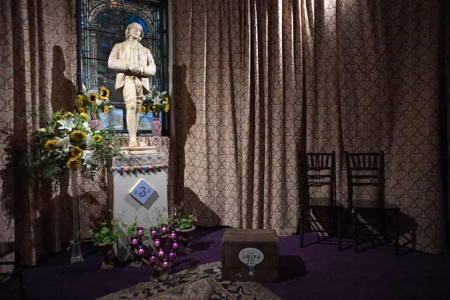 Un autel entoure une statue du grand écrivain... (PHOTO AFP)