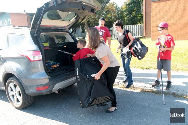 Nadia Drouin embarque l'équipement de hockey de ses... (Etienne Ranger, Le Droit)