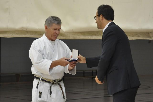 Gaston Fortin a reçu sa médaille de l'Assemblée... (Photo courtoisie)