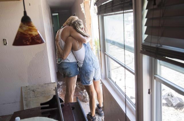 Deux résidants de Islamorada, dans les Keys floridiennes,... (AFP,  SAUL LOEB)