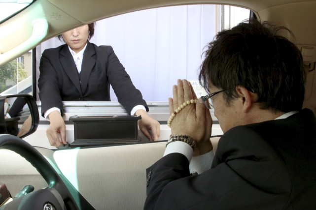Un homme à bord de sa voiture rend... (AFP, Kankon Sosai Aichi Group)